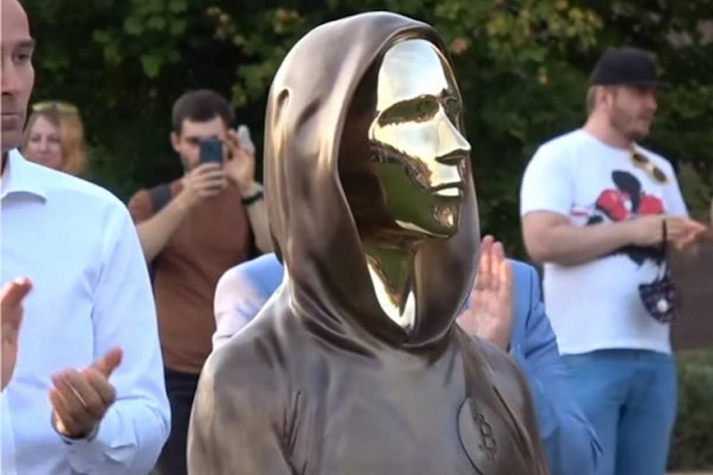 Budapesten adták át a világ első Bitcoin-szobrát